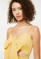 Missguided - Tie front button down strappy midi dress - yellow