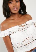 Missguided - Broderie anglaise frill crop top - white