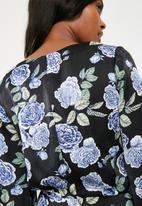 Missguided - Floral print belted kimono shift dress - black & blue