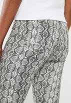 Missguided - Vice highwaisted snake print skinny jean - grey
