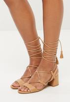 Missguided - Mid block heel ghillie sandal - tan