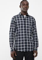 Superbalist - Concealed button stand poplin shirt - black