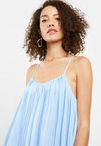 Missguided - Strappy pleated swing dress - blue