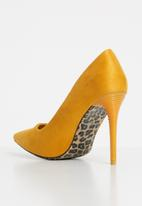 Sissy Boy - Court heels - yellow