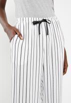 Superbalist - Sleep cami and pants set - black and white