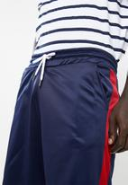 Superbalist - Tricot side stripe short - navy & red