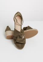 STYLE REPUBLIC - Knotted detail wedges - taupe