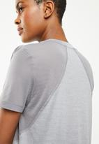 Nike - Nike miler short sleeve  top - grey