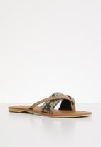 edit - Leather thong sandals - tan