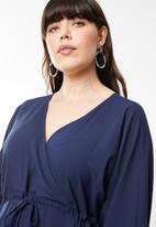 AMANDA LAIRD CHERRY - Eleonora satin-like maxi dress - blue