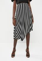 c(inch) - Asymmetrical skirt - black and white