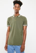 Superbalist - Pique tipped short sleeve slim polo - khaki