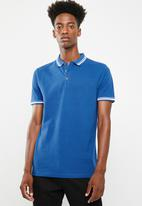 Superbalist - Pique tipped short sleeve slim polo - blue