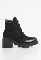 Missguided - Chunky outsole contrast panel lace up boot - black