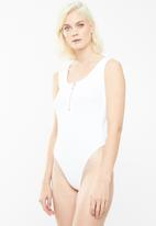 Missguided - Zip front scoop neck sleeveless bodysuit - white