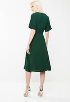 Missguided - Short sleeve wrap midi dress - green
