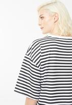 Missguided - Oversized short sleeve stripe hearts t-shirt dress - black
