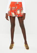 Missguided - Floral full high waisted short - red