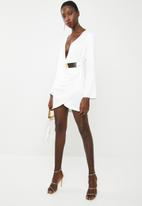 Missguided - Floaty sleeve belted satin drape dress  - white