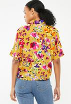 Superbalist - Drop shoulder crop shirt - yellow floral