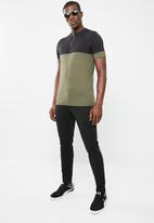 Only & Sons - Half zip colour block tee - black/olive