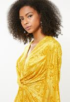 Missguided - Flared long sleeve twist front - yellow