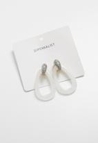 Superbalist - Sadie resin earrings - white & gold
