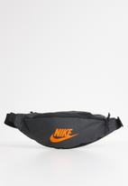 Nike - sportswear heritage bag - grey