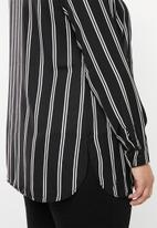 STYLE REPUBLIC PLUS - Longer length shirt - black