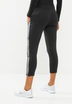 Umbro - Umbro tape side crop sweat pant - black