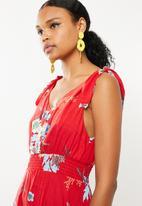 Revenge - Tie strap v neck frilled dress - red