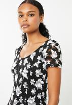 Revenge - Cap sleeve fit & flare dress - black