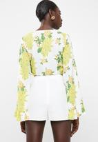 Missguided - Twist front flare sleeve crop top floral - white
