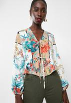 Missguided - Oriental print tie front blouse - white