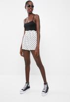 Missguided - Polka dot paperbag waist short - white