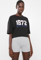 Missguided - 1972 oversized tee and short pj set - black & grey