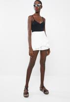 Missguided - Ruffle wrap front skort - white