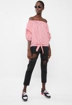 Revenge - Off-shoulder check top - red