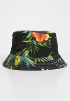 Superbalist - Tropical print bucket hat - black