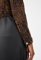 Missguided - Leopard cropped denim jacket - brown