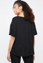 Superbalist - Longer length V-neck tee - black