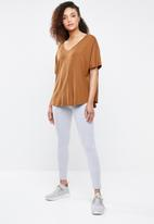Superbalist - Longer length V-neck tee - tan