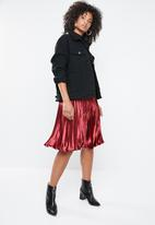 Missguided - Hammered satin pleated midi skirt - red