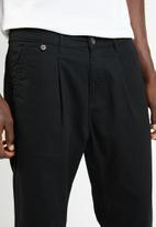 Superbalist - Pleated cropped tapered chino - black