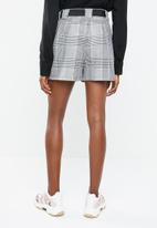 Superbalist - Belted check shorts  - black & white