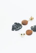 Superbalist - Leaf drop earrings - black