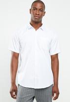 STYLE REPUBLIC - Essential slim fit short sleeve shirt - white
