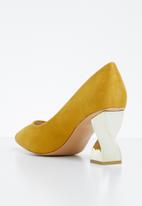 Miss Black - Mirror court heels - yellow