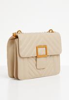 BLACKCHERRY - Quilt detail slingbag - cream