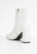 Public Desire - Bronte round block heel ankle boot - white